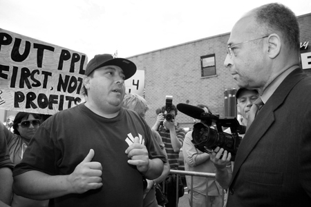 Eddie Marrero, Stella D'oro worker talks with William Thompson Jr, who was running for mayor of New York. From The Clarion. Photo by Pat Arnow
